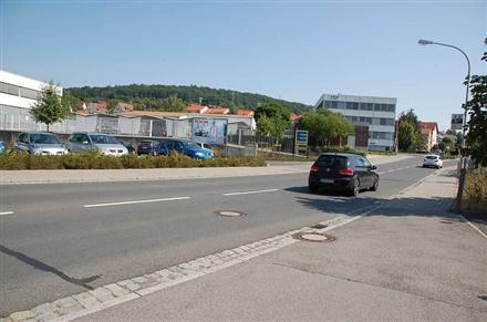 Bahnhofstr. 8 /Edeka/Einfahrt (quer zur Str), 96106,